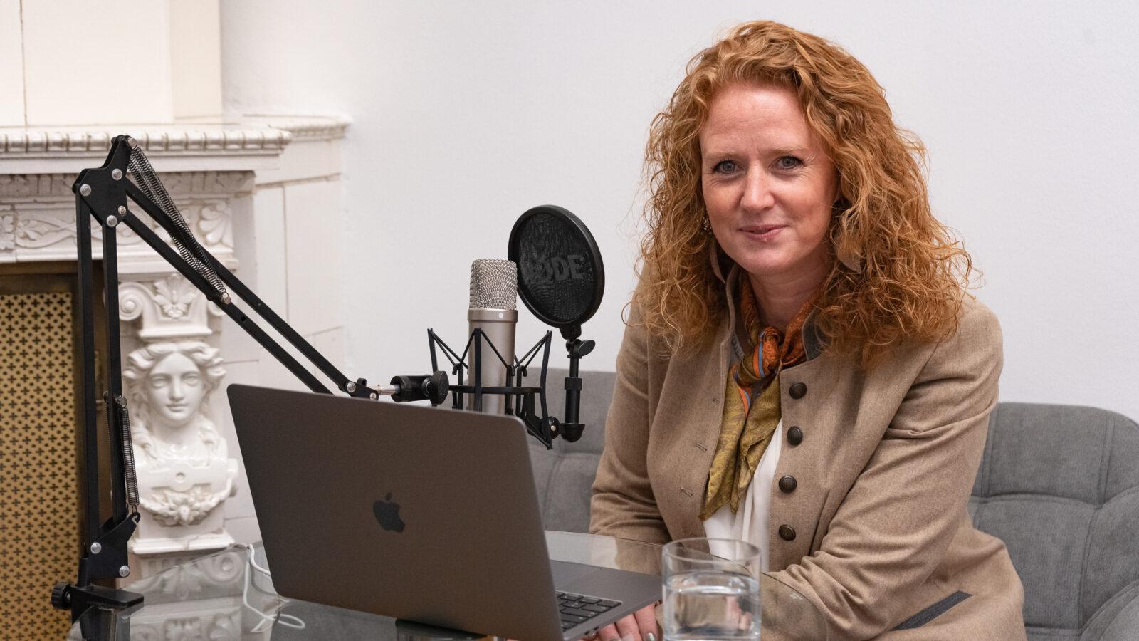 Fiona Fiedler am Mikrofon